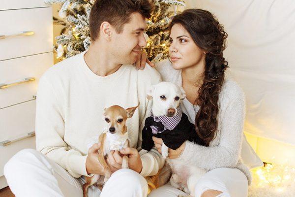couple with pets 600x400 - 3 Wege wie Haustiere für die Gesellschaft wichtig sind