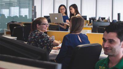 people in workplace 400x226 - 3 Kryptounternehmen, die gut für die Gesellschaft sind.