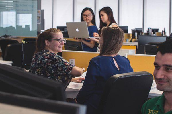 people in workplace 600x400 - 3 Kryptounternehmen, die gut für die Gesellschaft sind.