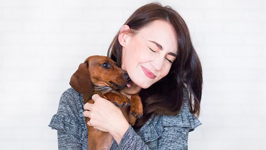 pets with woman - 3 Wege wie Haustiere für die Gesellschaft wichtig sind