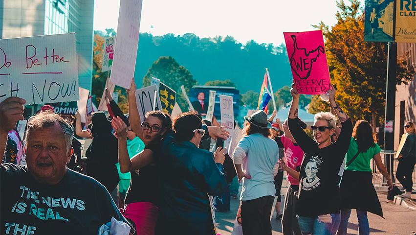 protest man society - 2 Veränderungen in der Zivilgesellschaft, die man im Auge behalten sollte