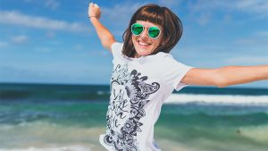 woman happy 300x169 - 3 Möglichkeiten, wie sich die Feiertage einer Gesellschaft positiv auswirken können