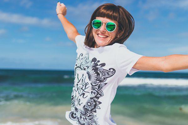 woman happy 600x400 - 3 Möglichkeiten, wie sich die Feiertage einer Gesellschaft positiv auswirken können